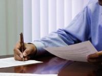 Как оформить претензию к управляющей компании, мужская рука с ручкой, листы бумаги