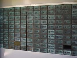 На лестничных клетках допускается устанавливать почтовые ящики, не уменьшая нормативной ширины прохода по лестничным площадкам