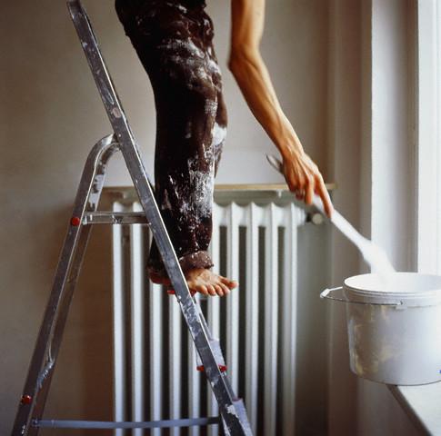 К текущему ремонту относятся поклейка обоев, покраска стен и другие виды работ