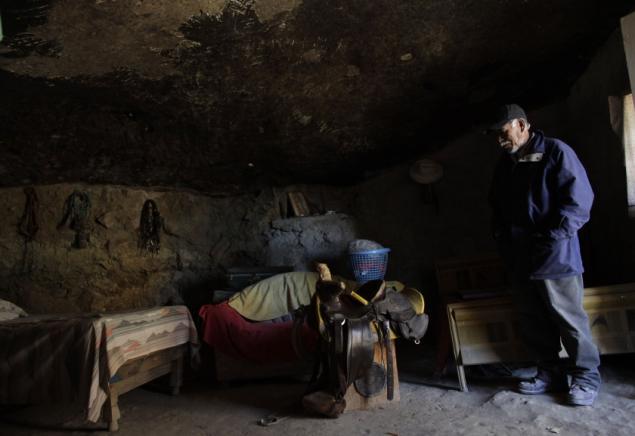 Внутри дома в скале