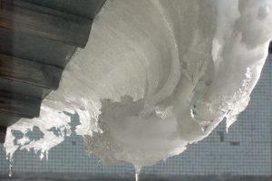 Управляющую компанию оштрафовали за сосульки и наледь на крышах