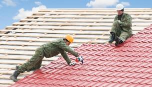 Рабочие ремонтируют крышу, кладут церепицу
