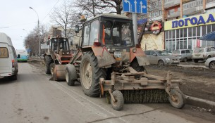 С магистралей Ульяновска круглосуточно вывозится дорожный смёт