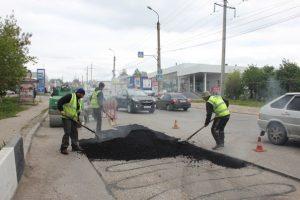 На аварийно-ямочном ремонте автодорог Ульяновска ежедневно задействуется 30 бригад МБУ Дорремстрой