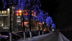 На кольце у Центробанка в Ульяновске появилась 9-метровая световая ель