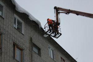 В Ульяновске завершается очистка кровель от сосулек и снега