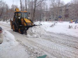 Ульяновские дворы расчищает тяжёлая техника